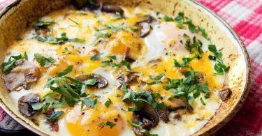 Яйца, запеченные с грибами
