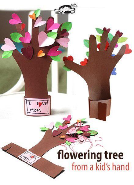 Цветущее дерево из детской ладошки